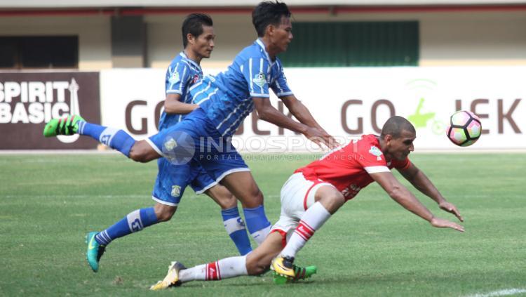 Pergerakan Bruno Lopes dijatuhkan oleh pemain Persiba. Copyright: Herry Ibrahim/Indosport.com