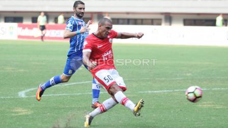 Pemain Persija Jakarta, Bruno Lopes (kanan) mencoba mencetak gol ke gawang Persiba.