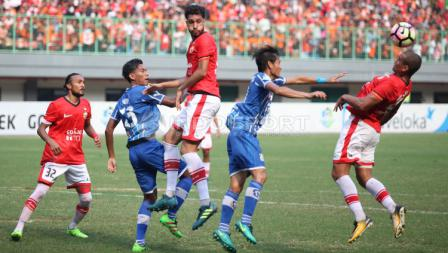 Duel udara pemain Persija dengan pemain Persiba.