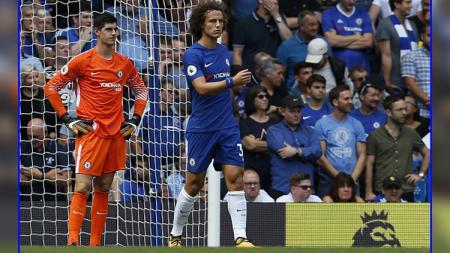 Thibaut Courtois (kiri) dan David Luiz, dua pemain bintang Chelsea. - INDOSPORT