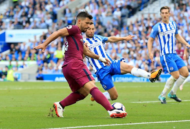 Sergio Aguero saat mencoba lepaskan tembakan ke gawang Brighton & Hove Albion. Copyright: INDOSPORT