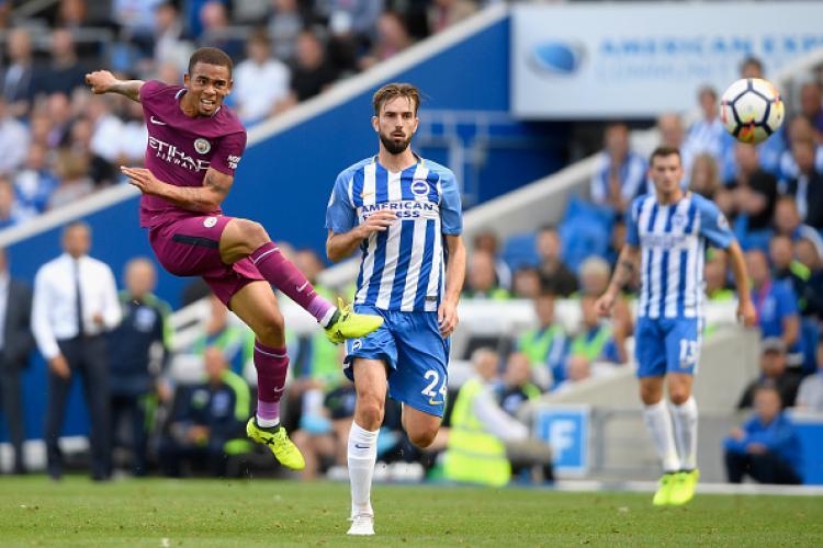 Salah satu upaya striker Man City, Gabriel Jesus untuk menjebol gawang Brihgton & Hove Albion. Copyright: INDOSPORT