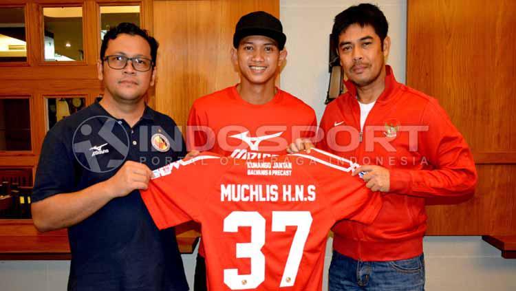Rekrutan anyar Semen Padang, Muchlis Hadi (tengah). Copyright: Taufik Hidayat/INDOSPORT