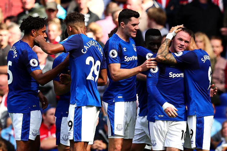 Wayne Rooney (dua dari kanan) mendapat sanjungan dari rekan setimnya, Everton. Copyright: INDOSPORT