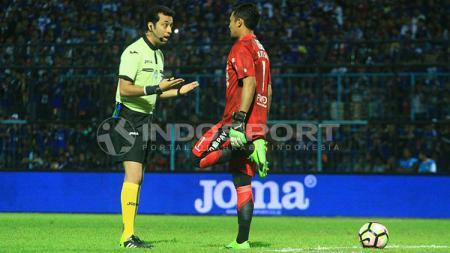 Bonyadifard Mooud saat memberi peringatan kepada Kiper Persib Bandung, Natshir Mahbuby. - INDOSPORT