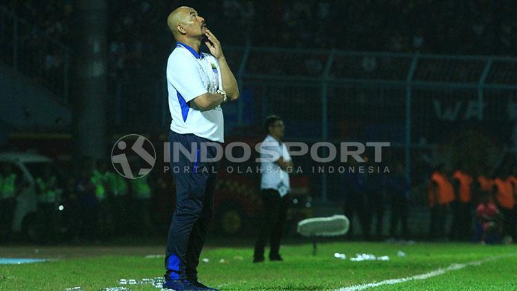 Pelatih Persib, Herrie Setyawan menatap langit lantaran geregetan terhadap peluang tim asuhannya yang gagal menjadi gol Copyright: Ian Setiawan/INDOSPORT
