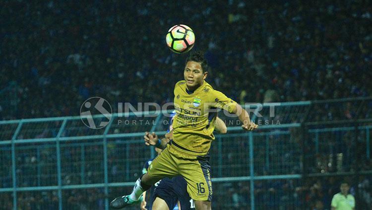 Ahmad Jufriyanto melompat tinggi dalam duel udara dengan pemain Arema. Copyright: Ian Setiawan/INDOSPORT