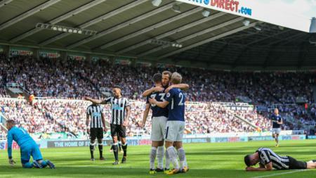 Harry Kane memeluk Ben Davies dan Christian Eriksen, pasca Davies mencetak gol kedua untuk kubu Spurs. - INDOSPORT