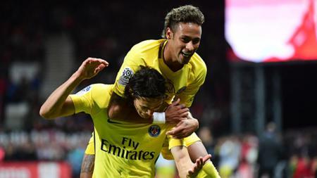 Neymar melakukan selebrasi bersama Edinson Cavani. - INDOSPORT