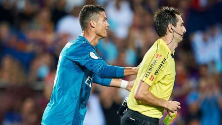 Aksi Cristiano Ronaldo (Real Madrid) mendorong wasit setelah dihadiahi kartu merah. - INDOSPORT