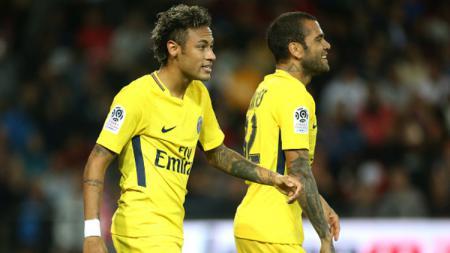 Bek Timnas Brasil, Dani Alves, memberi peringatan pada Neymar agar memperbaiki sifatnya yang dianggap kekanak-kanakan. - INDOSPORT