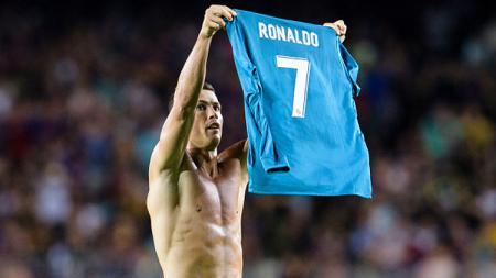 Cristiano Ronaldo melakukan selebrasi dengan meniru gaya Lionel Messi. - INDOSPORT