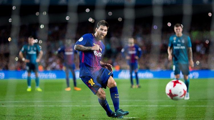 Lionel Messi menendang bola dari titik kotak penalti. Copyright: INDOSPORT