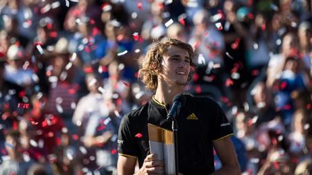 Alexander Zverev berhasil memenangkan trofi Rogers Cup. - INDOSPORT