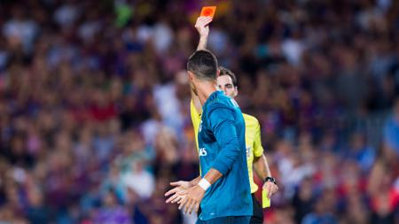 Cristiano Ronaldo menerima kartu merah pertamanya sepanjang tampil di laga El Clasico. - INDOSPORT