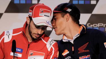 Marc Marquez tampak bisikan Andrea Dovizioso dalam jumpa per. - INDOSPORT