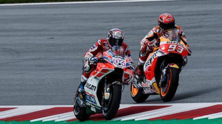 Andrea Dovizioso (kiri) dan Marc Marquez ketika bersaing di lintasan balap MotoGP. - INDOSPORT