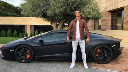 Cristiano Ronaldo dan salah satu koleksi mobilnya. - INDOSPORT