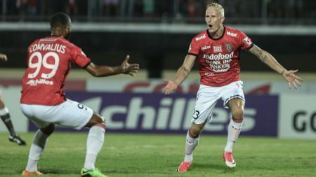 Nick van der Velden selebrasi usai bobol gawang Madura United. - INDOSPORT