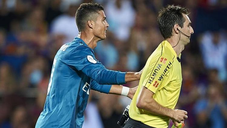 Cristiano Ronaldo mendorong wasit yang berbuah sanksi. Copyright: Mirror