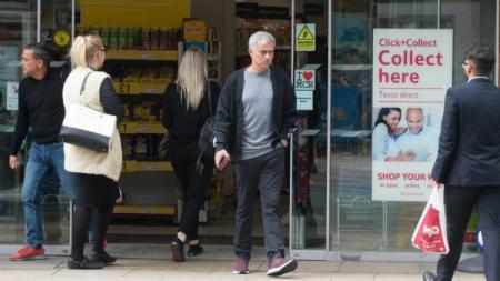 Jose Mourinho tengah berbelanja di toko grosir. - INDOSPORT