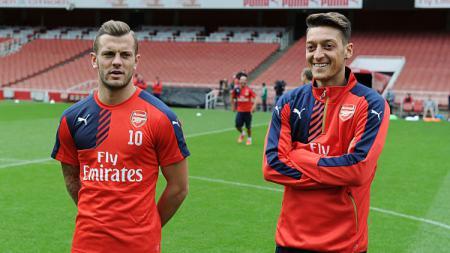 Jack Wilshere (kiri) dan Mesut Ozil, dua pemain bintang Arsenal. - INDOSPORT