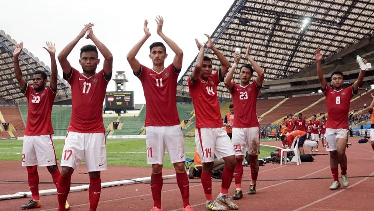Pemain Tim Nasional Indonesia berterima kasih kepada suporter yang hadir memberi dukungan langsung ke Stadion Shah Alam. Copyright: Aditia Noviansyah/kumparan