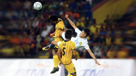 Muhammad Safiq Ahmad (tengah) dikepung pemain Brunei, Mohamad Asnawi Syazni Abd Aziz. - INDOSPORT