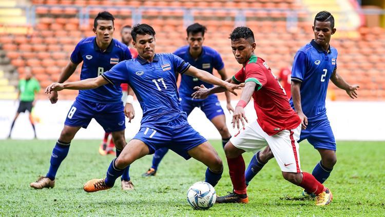 Osvaldo Haay (Timnas Indonesia) berusaha pertahankan bola dari serangan empat pemain Thailand. Copyright: kualalumpur2017.com