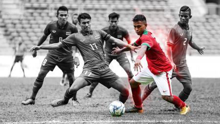 Osvaldo Haay (Timnas Indonesia) berusaha pertahankan bola dari serangan empat pemain Thailand. - INDOSPORT
