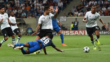 Dejan Lovren dan Serge Gnabry di babak pertama Hoffenheim vs Liverpool. - INDOSPORT