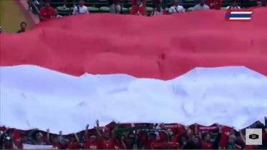 Bendera Merah Putih raksasa di laga Timnas Indonesia vs Thailand. - INDOSPORT