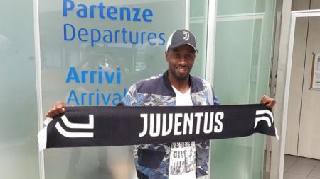 Blaise Matudi berpose bersiap-siap jalani tes medis di Juventus. - INDOSPORT