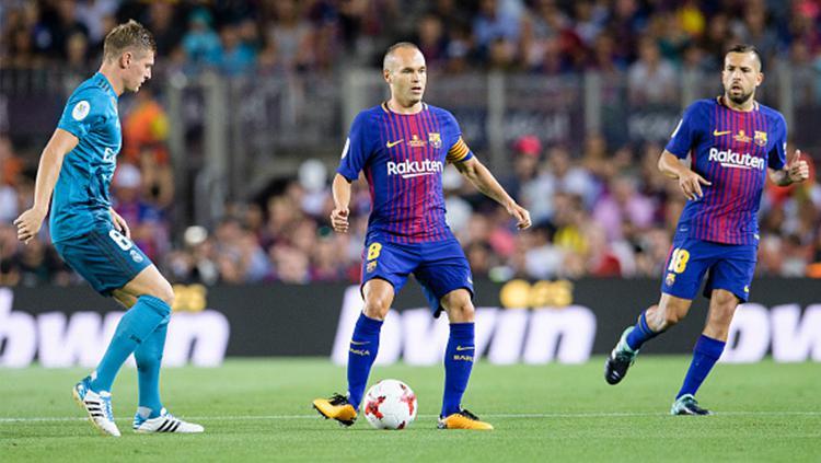 Andres Iniesta dijaga ketat Toni Kross di leg 1 Piala Super Spanyol. Copyright: Getty Images