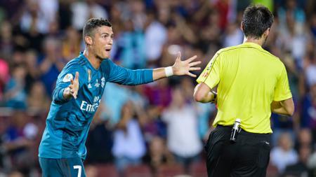Cristiano Ronaldo melancarkan protes kepada wasit Ricardo de Burges. - INDOSPORT