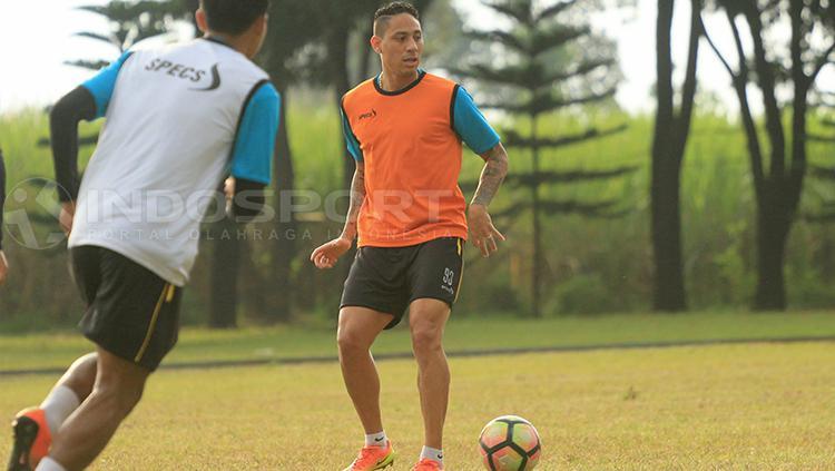Juan Pablo Pino di sesi latihan bersama Arema FC. Copyright: Ian Setiawan/INDOSPORT