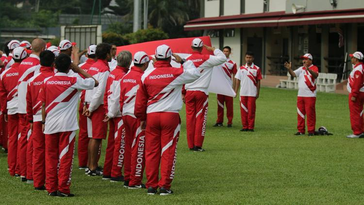 Timnas Indonesia U-22 saat melakukan upacara kemerdekaan Indonesia di Kuala Lumpur, Malaysia. Copyright: Twitter@pssi__fai