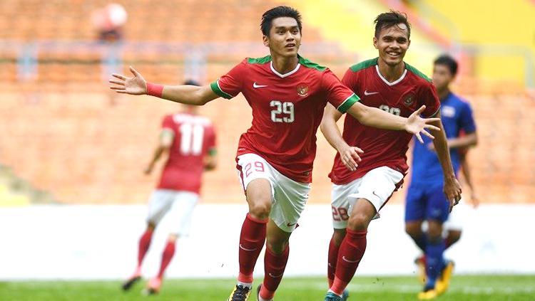 Selebrasi penyerang Septian David Maulana dan Rezaldi Hehanusa seusai menyamakan skor 1-1 saat timnas U-22 Indonesia bersua Thailand pada laga perdana kedua tim pada Grup B SEA Games 2017 di Stadion Shah Alam. Copyright: Istimewa