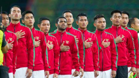 Penggawa Timnas Indonesia dengan khidmat menyanyikan lagu Indonesia Raya sebelum kick off. - INDOSPORT