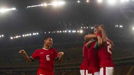 Evan Dimnas (kiri) saat merayakan gol Timnas Indonesia ke gawang Filipina - INDOSPORT