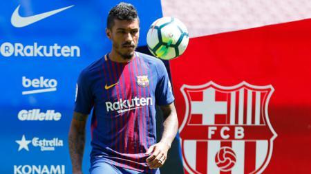 Paulinho saat diperkenalkan di depan publik Camp Nou. - INDOSPORT