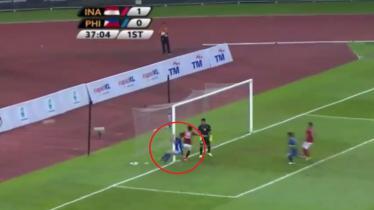 Momen ketika salah seorang pemain Filipina menabrak tiang gawang Indonesia. - INDOSPORT