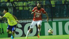 Indosport - Aksi Sylvabo Comvalius saat melawan Persegres Gresik United.