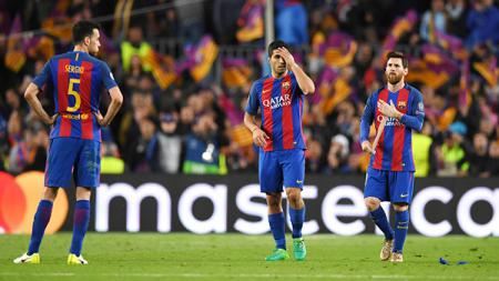 Sergio Busquets, Luis Suarez, dan Lionel Messi hanya bisa tertunduk lesu. - INDOSPORT