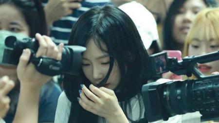 Taeyeon saat tiba di Indonesia. - INDOSPORT