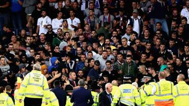 Polisi mengamankan penggemar Hadjuk Split yang membuat keributan dengan fans Everton di Liga Eropa semalam. - INDOSPORT