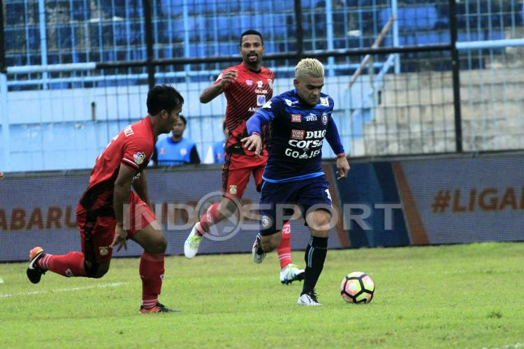 Aksi Cristian Gonzales saat melawan Persiba Balikpapan. Copyright: INDOSPORT/Ian Setiawan