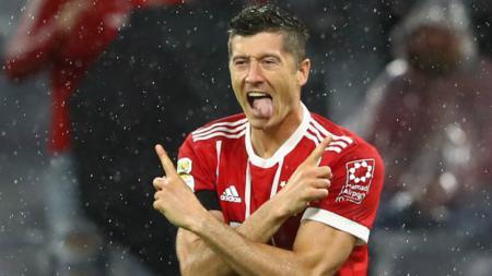 Robert Lewandowski merayakan gol penaltinya ke gawang Bayer Leverkusen. - INDOSPORT