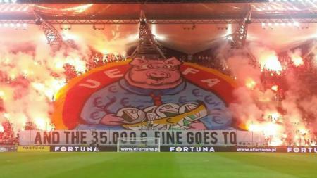 Banner balasan Legia Warszawa setelah mendapat denda. - INDOSPORT