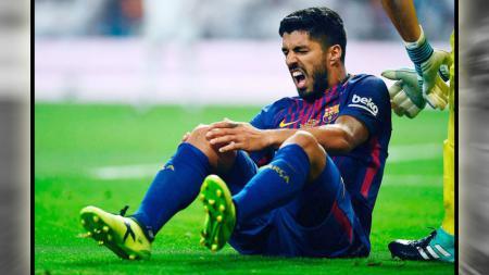 Luis Suarez (Barcelona) alami kesakitan karena cedera lutut yang dialami pada laga leg kedua Piala Super Spanyol pada Kamis (17/08/17). - INDOSPORT